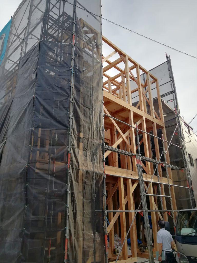 道路斜線が厳しい条件でしたが、天空率緩和により、3階までまっすぐなシンプルな外観の形状を獲得しました。それにより3階の部屋の広さを最大限確保し、構造的にも柱壁直下率の高い安定した形としました。木材は埼玉県産を使い、地産地消としています。